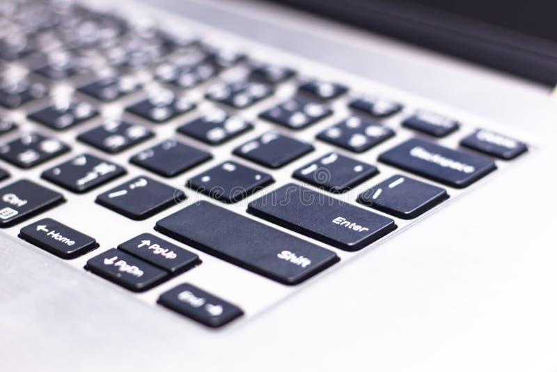 Клавиатура компьтер-книжки с фокусом на кнопке Enter стоковые фото