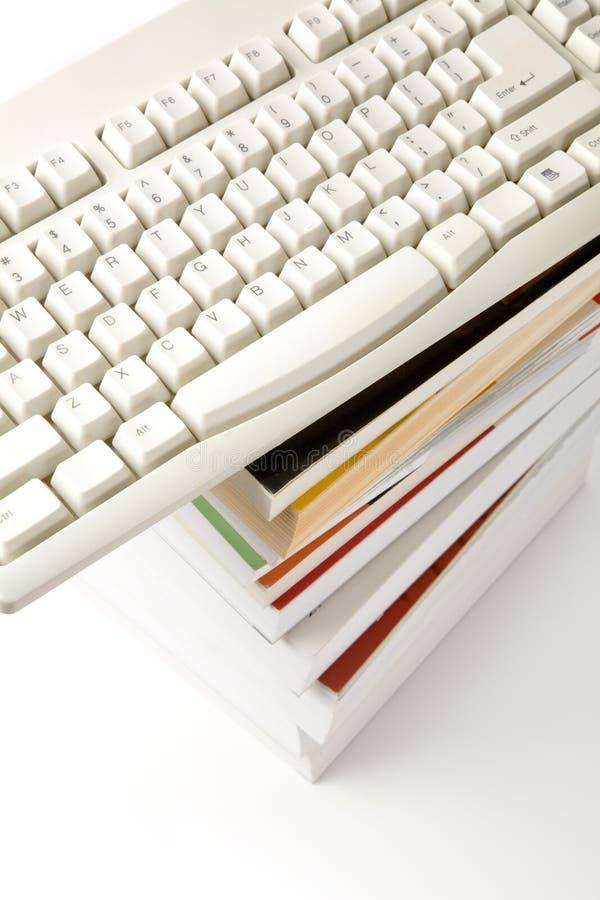 клавиатура компьютера книги стоковое изображение rf