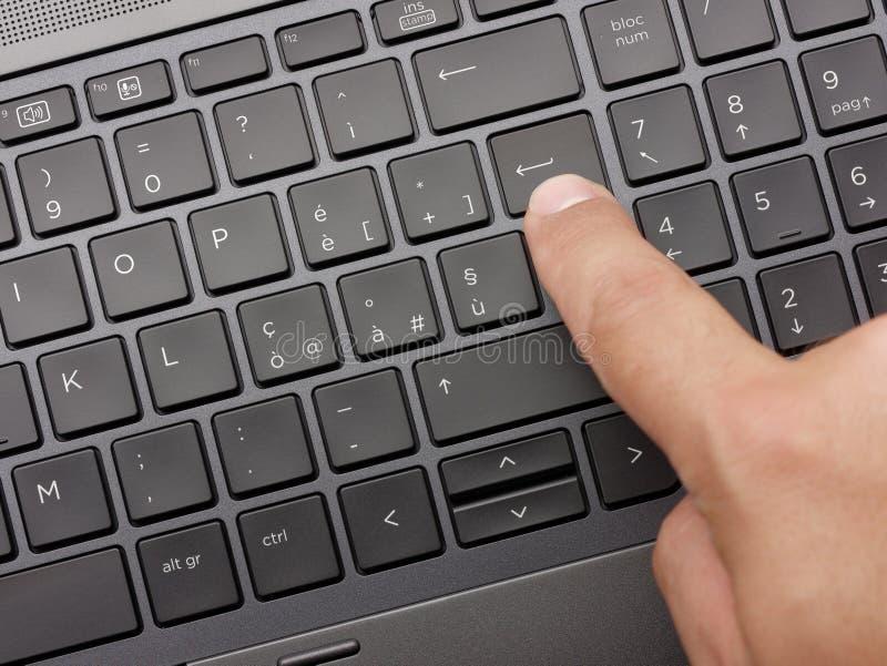 Клавиатура ноутбука пальца крупного плана печатая стоковые фотографии rf