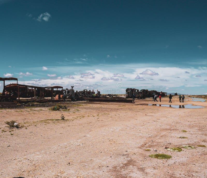 Кладбище поезда в Саларе de Uyuni стоковые фотографии rf