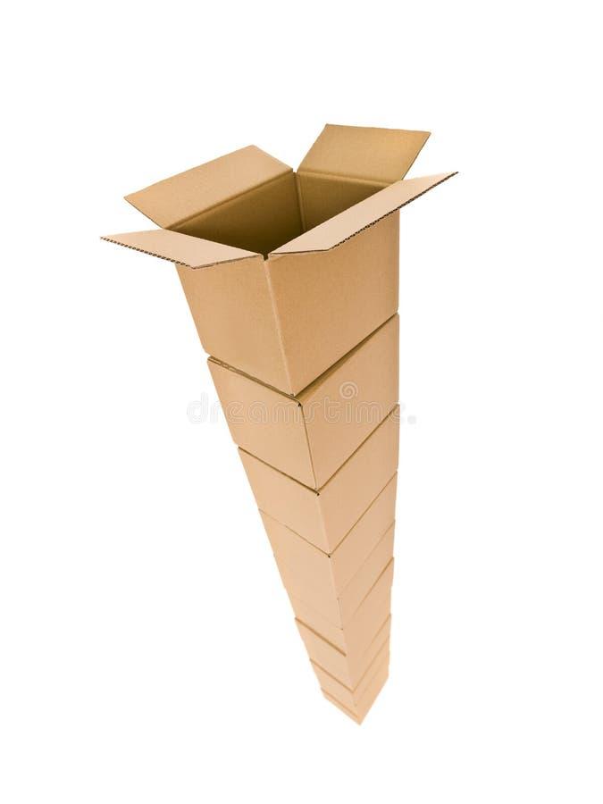 кладет башню в коробку картона стоковая фотография