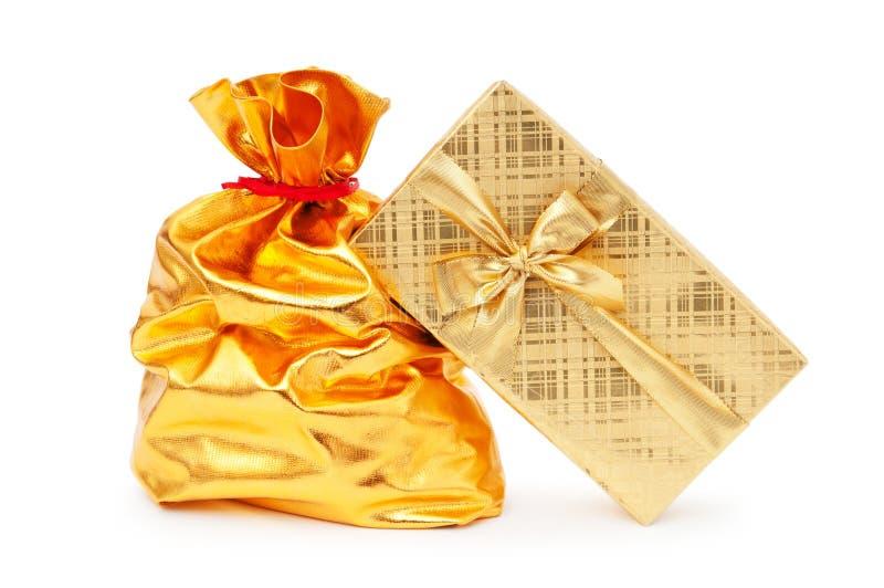 кладет вкладыши в коробку подарка стоковое изображение