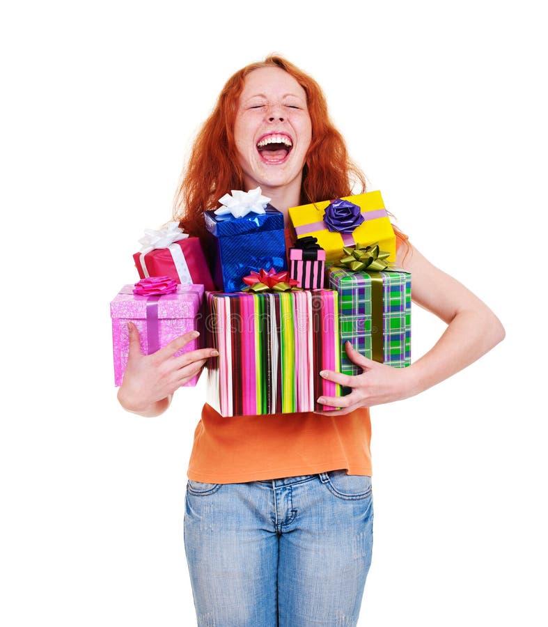 кладет детенышей в коробку женщины подарка счастливых стоковое изображение rf