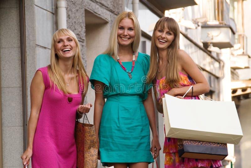 кладет друзей в мешки счастливые 3 стоковая фотография