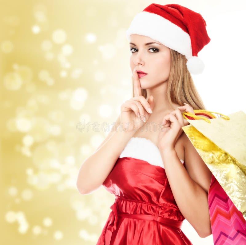 кладет женскую покупку в мешки santa стоковые фото