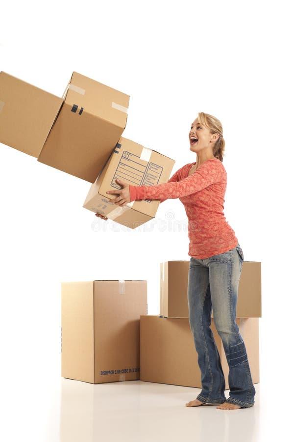 кладет женщину в коробку картона падая стоковое фото rf