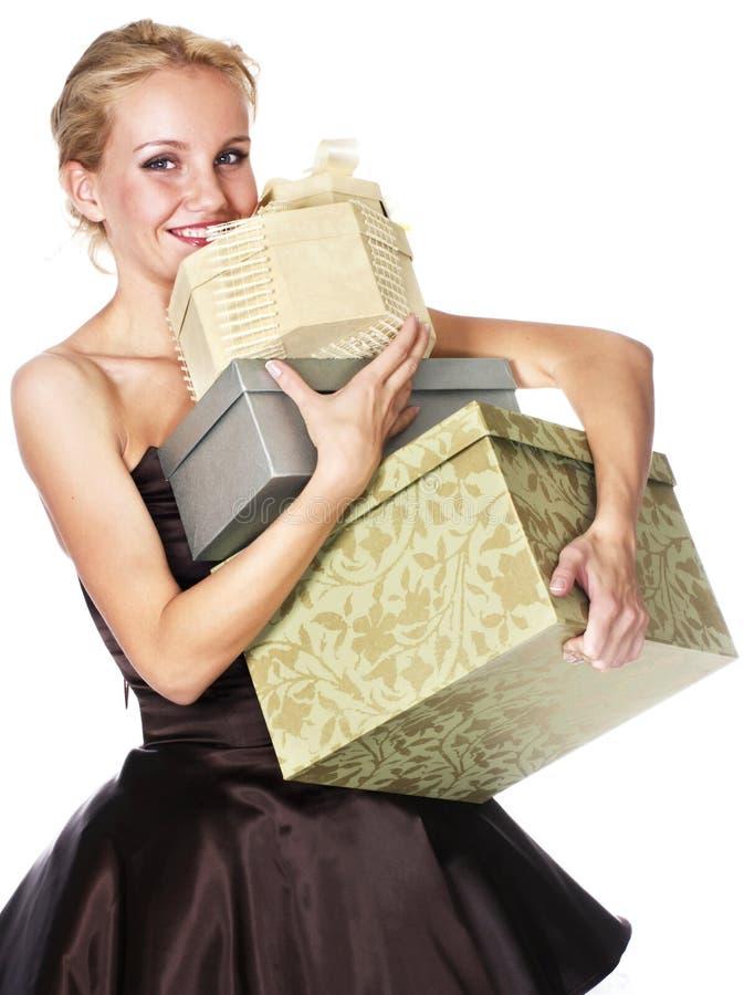 кладет женщину в коробку удерживания подарка стоковые изображения