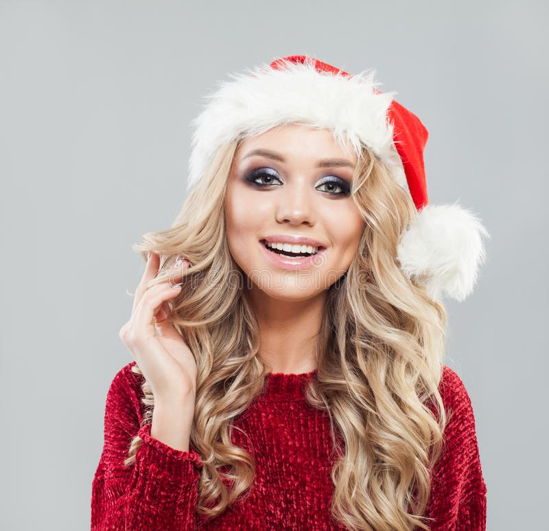 кладет женщину в мешки santa Девушка модели красоты в шляпе Санта Клауса стоковые изображения rf