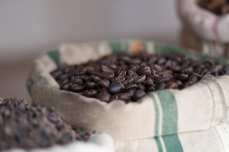 кладет кофе в мешки стоковые фото