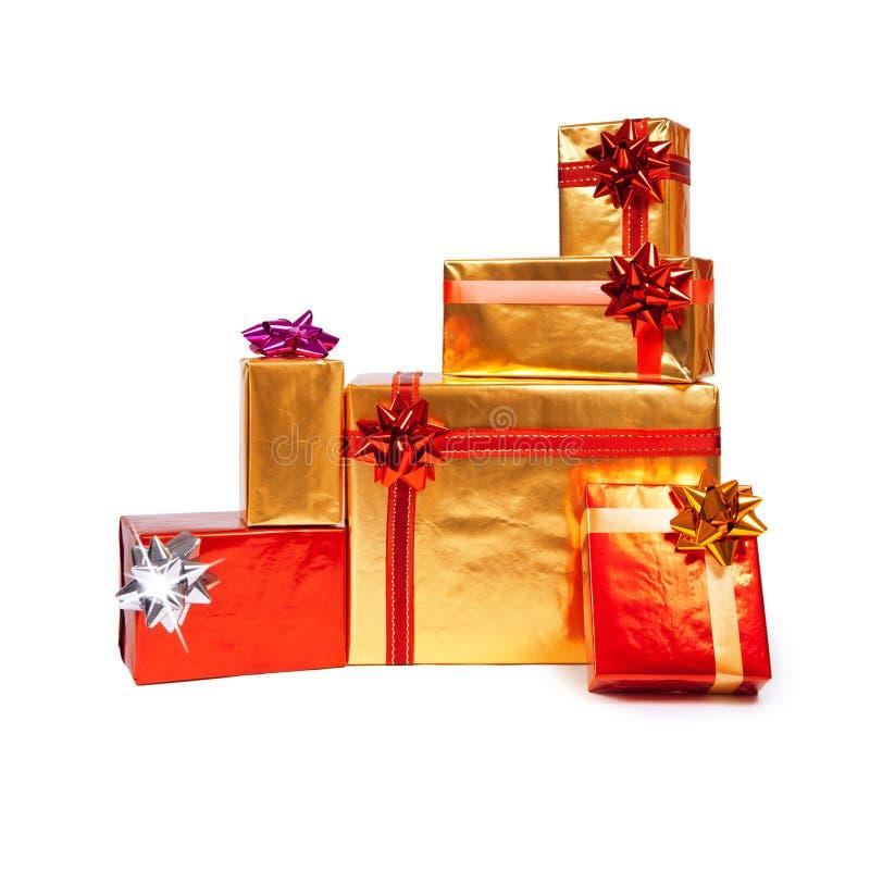 кладет красный цвет в коробку подарка золотистый стоковые изображения rf