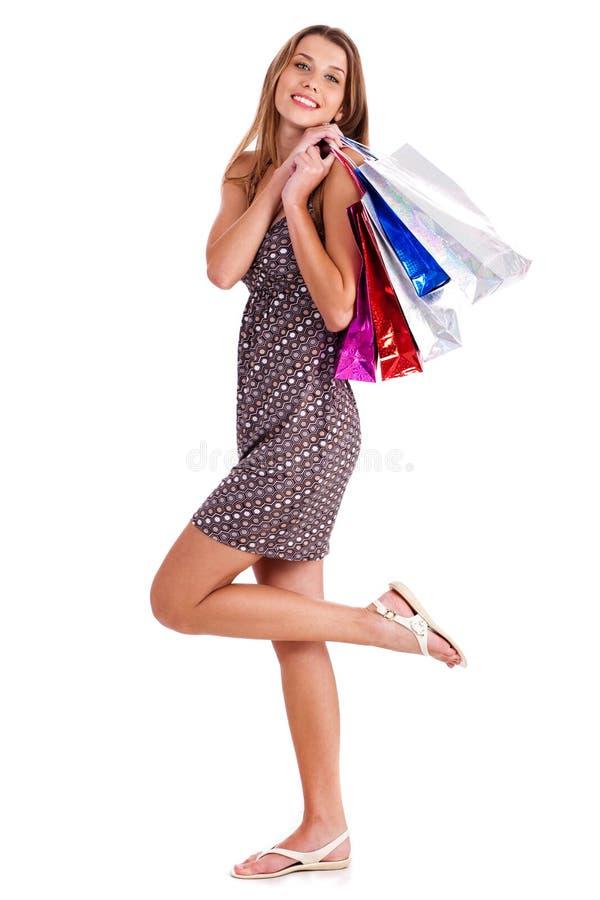 кладет милое счастливое в мешки ее женщина покупкы удерживания стоковое изображение