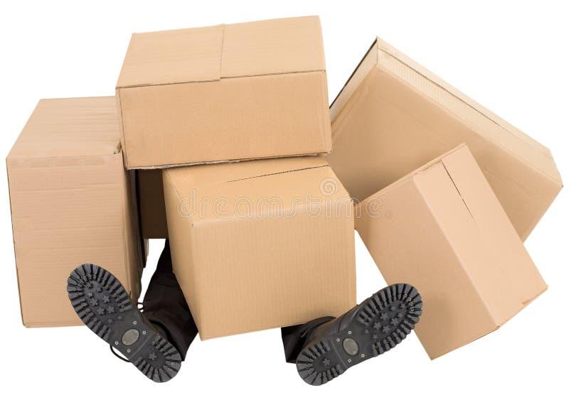 кладет мужчины в коробку вороха ног вниз стоковые изображения