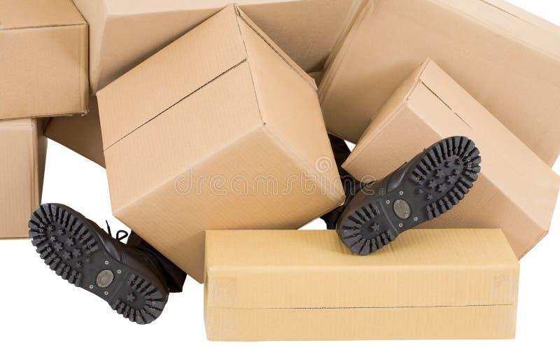 кладет мужчины в коробку вороха ног стоковое фото
