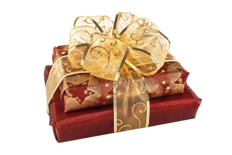 кладет обернутый красный цвет в коробку 2 подарка стоковое изображение