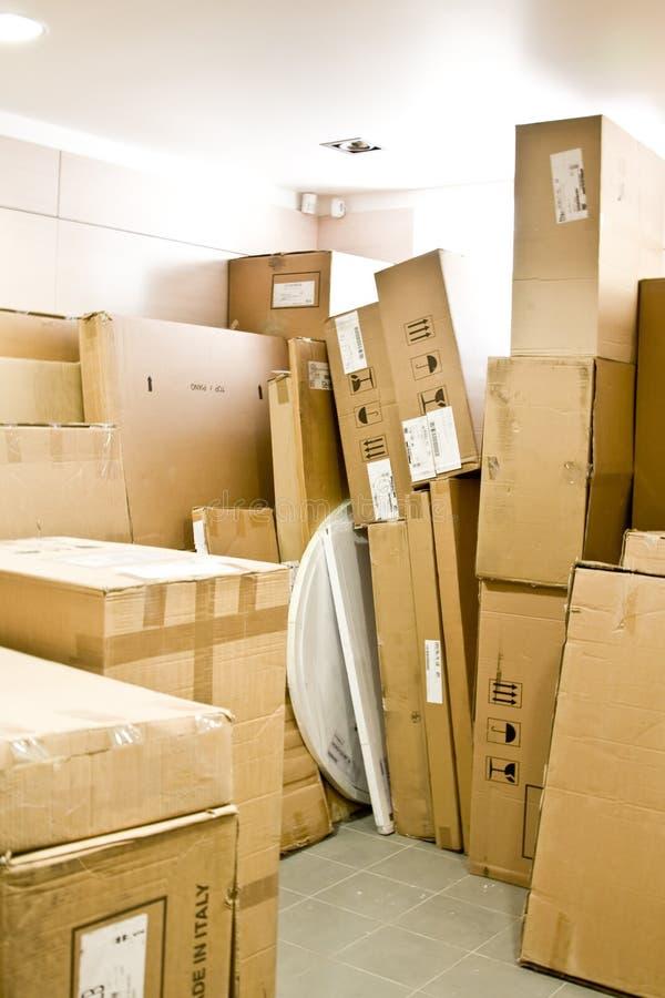 кладет пакгауз в коробку картона стоковая фотография