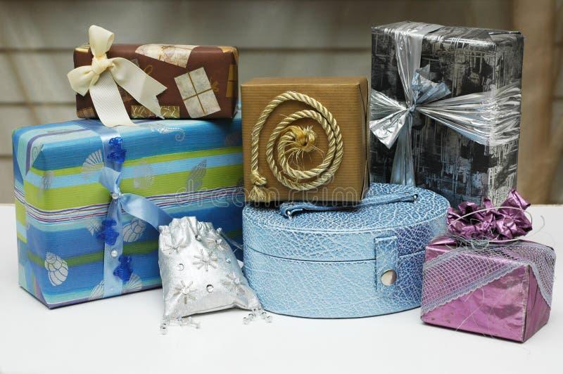 кладет подарки в коробку стоковые изображения