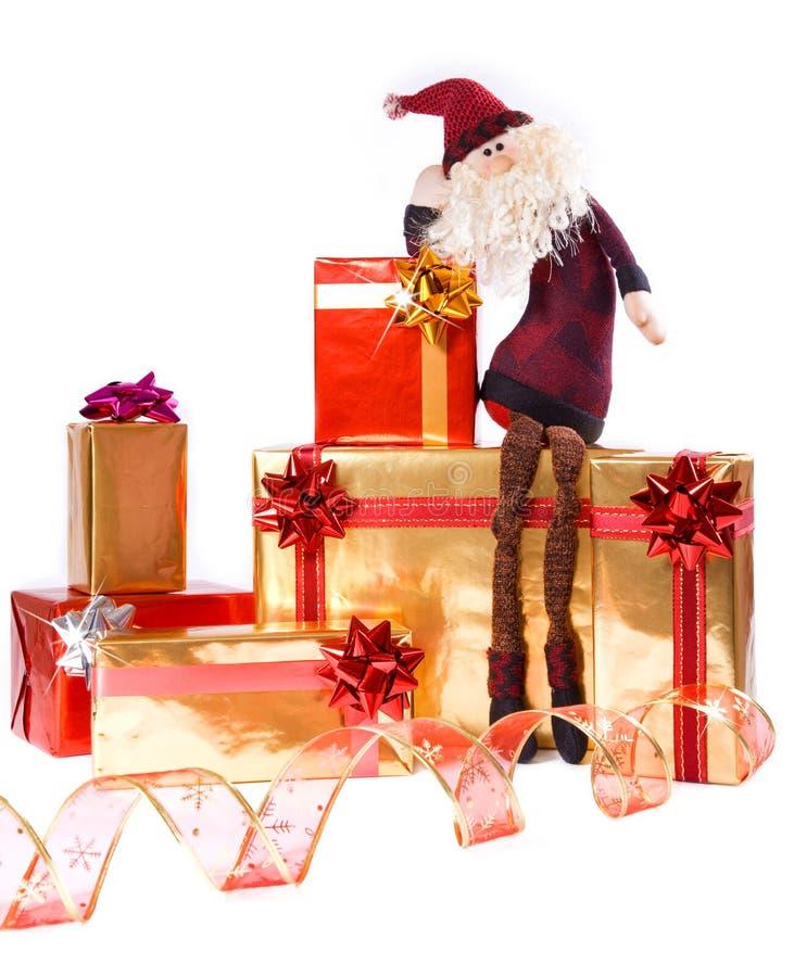 кладет подарок в коробку золотистый красный santa стоковая фотография rf