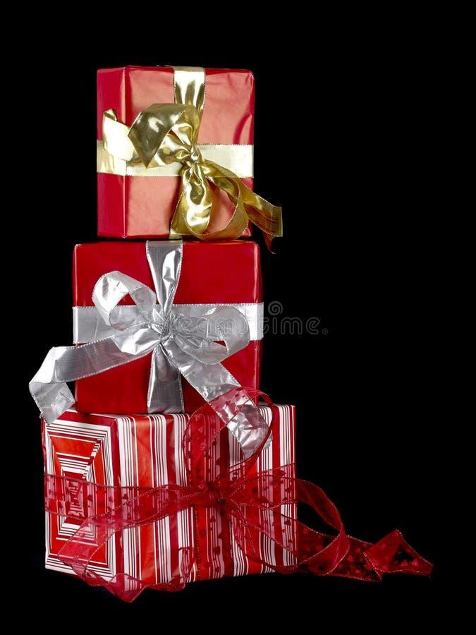 кладет подарок в коробку стоковые фото