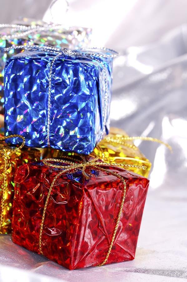 кладет подарок в коробку стоковое фото rf