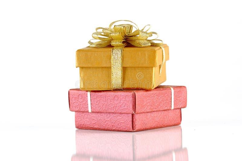 кладет подарок в коробку chrismas стоковые фотографии rf