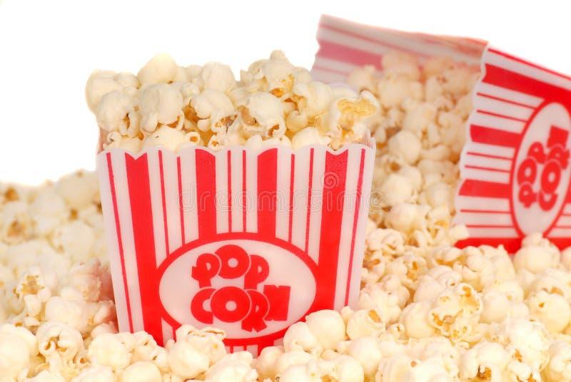кладет попкорн в коробку 2 кино стоковые изображения