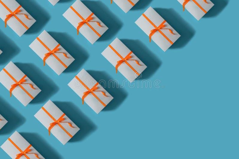 кладет связанные тесемки в коробку подарка красные Принципиальная схема рождества стоковые фото