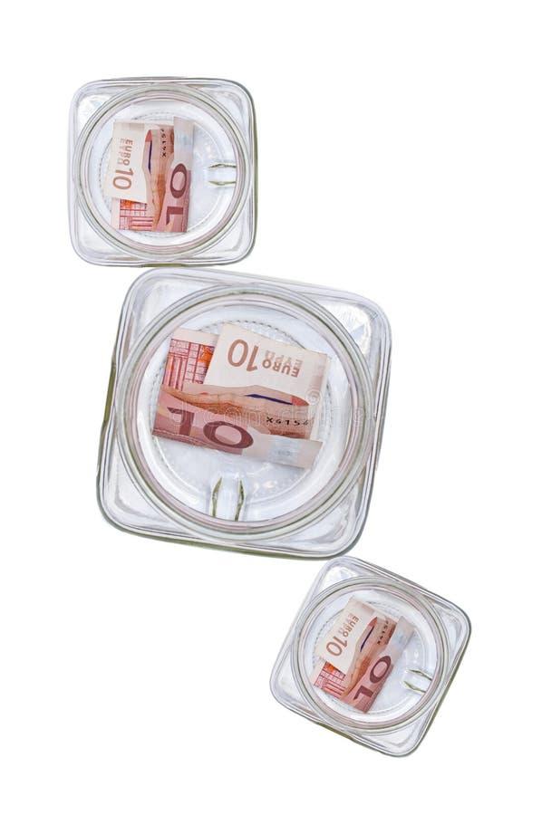 кладет стеклянные сбережения в коробку стоковое изображение