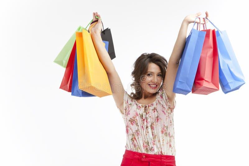 кладет счастливую женщину в мешки покупкы стоковое изображение