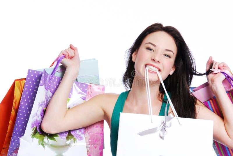 кладет счастливую женщину в мешки покупкы стоковые изображения