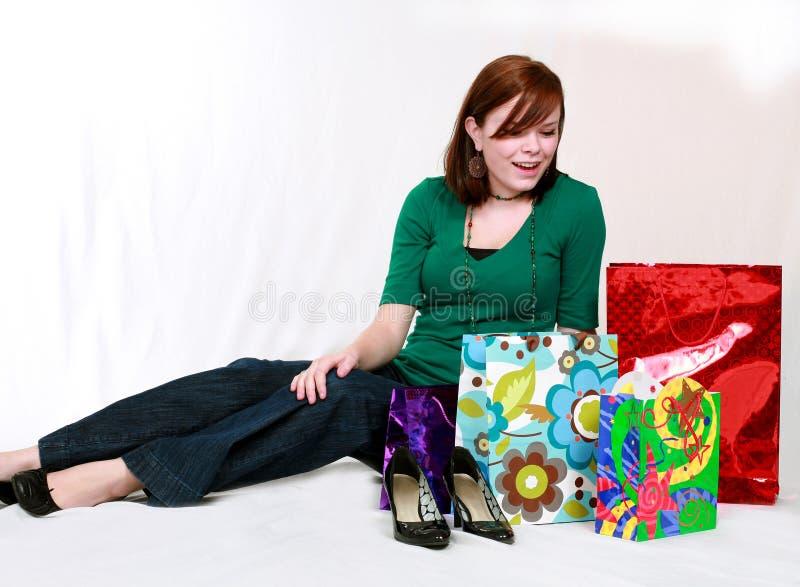 кладет счастливую покупку в мешки предназначенную для подростков стоковые изображения