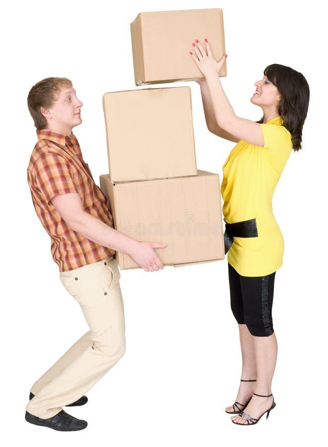 кладет человека в коробку нагрузок девушки картона стоковые изображения rf