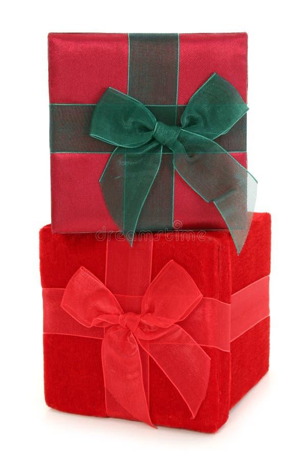 кладет штабелированный подарок в коробку ткани стоковое изображение