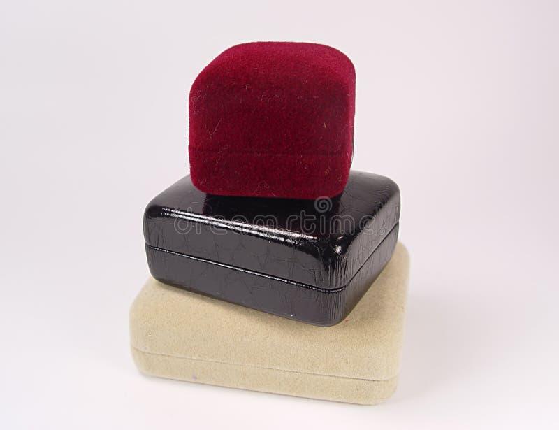 кладет ювелирные изделия в коробку стоковое фото rf
