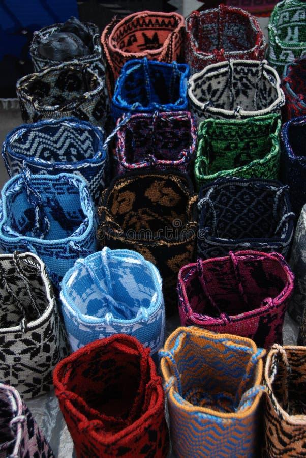 кладет otavalo в мешки рынка ecuadorian стоковая фотография rf