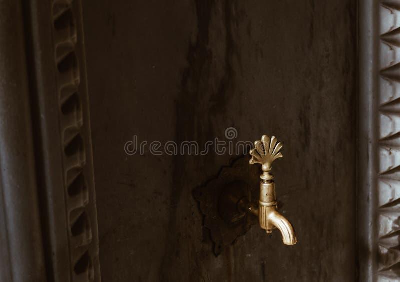 Клапан воды для священных мусульман вероисповедания омовения на конце Стамбула вверх по фонтану, индюку стоковые фото