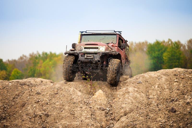 Классика с автомобиля дороги двигая дальше местность грязи стоковые фотографии rf