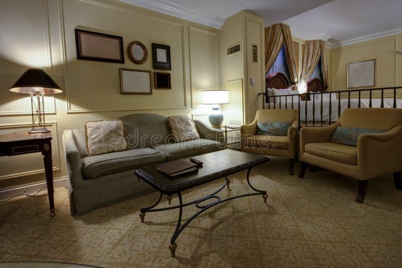 Классицистическая на двух уровнях комната с софой и кроватью стоковое изображение rf