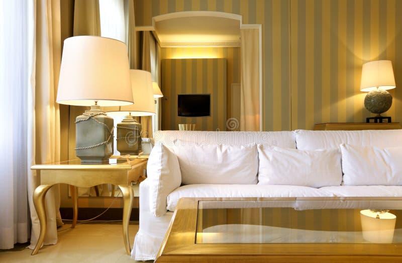 классицистическая удобная живущая комната стоковое изображение