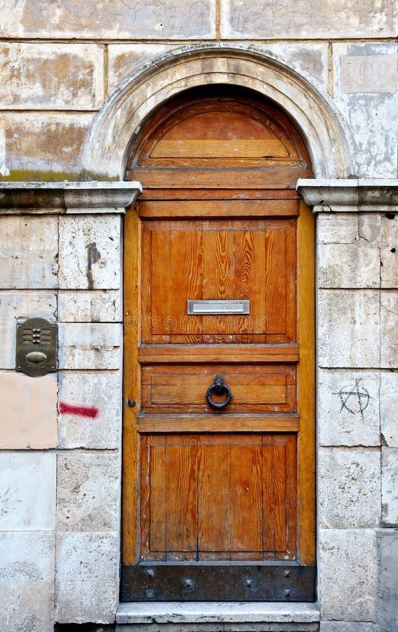 классицистическая украшенная дверь стоковые фотографии rf