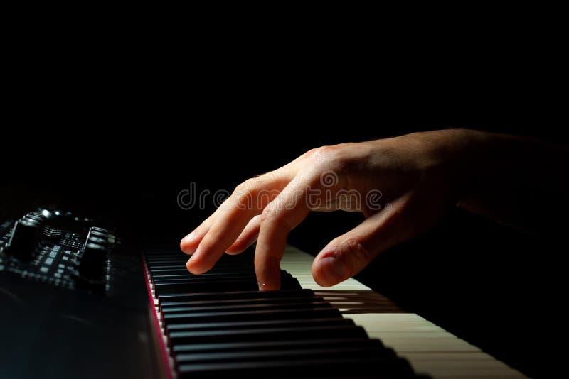 классицистический рояль примечания нот руки принципиальной схемы играя звук стоковое изображение