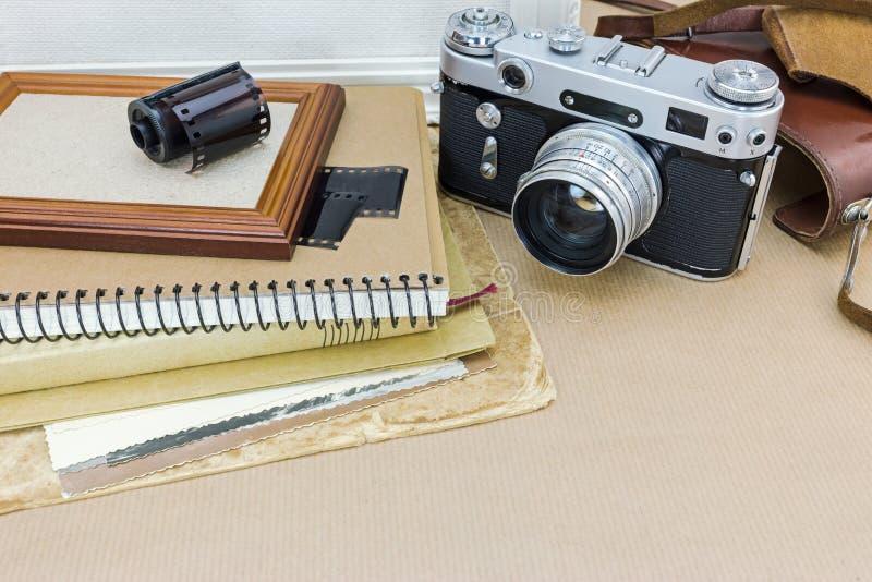 Классическая камера, рамка фото, старые изображения и крен фильма на kraft стоковая фотография rf