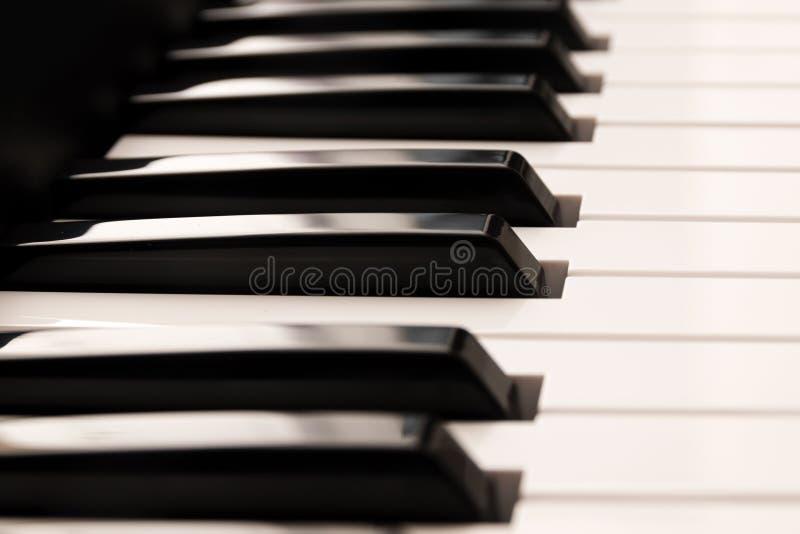 Классическая клавиатура рояля, конец вверх лоснистая черной и стоковые фотографии rf