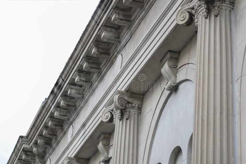 Классическая крыша здания столбца фасада стоковая фотография rf