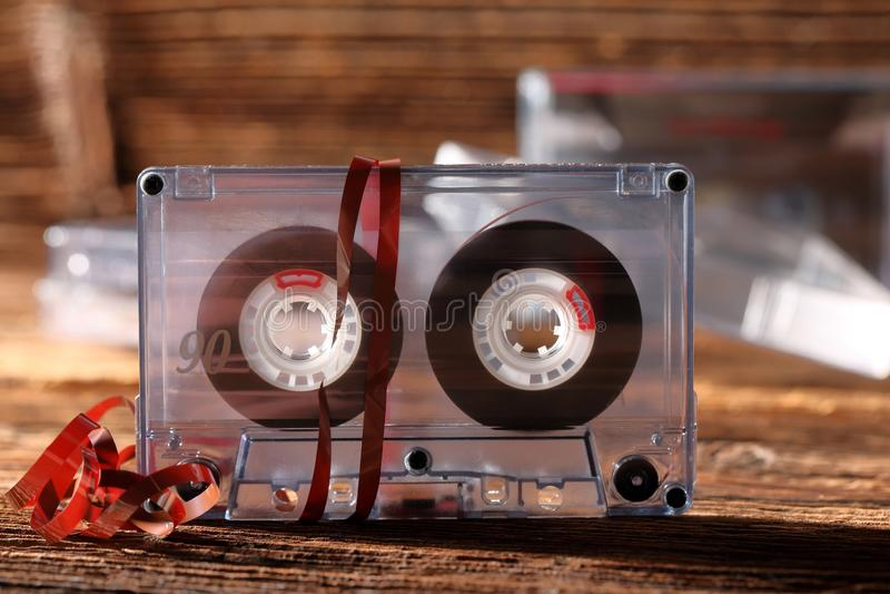 Классическая магнитофонная кассета с вытягиванный из ленты стоковые фотографии rf