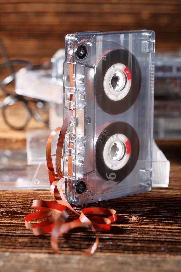 Классическая магнитофонная кассета с вытягиванный из ленты стоковые изображения rf