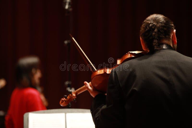 классическая музыка Скрипачи в согласии Зашнурованный, violinistCloseup музыканта играя скрипку во время симфонизма стоковое фото