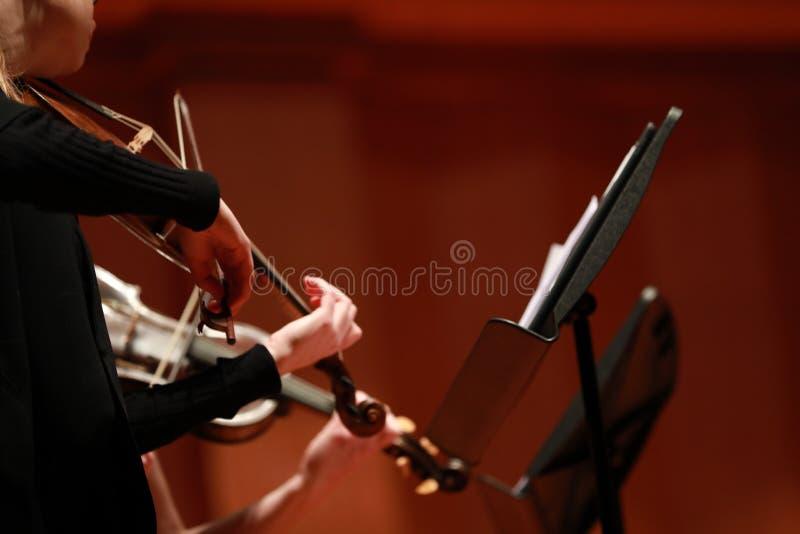классическая музыка Скрипачи в согласии Зашнурованный, violinistCloseup музыканта играя скрипку во время симфонизма стоковая фотография