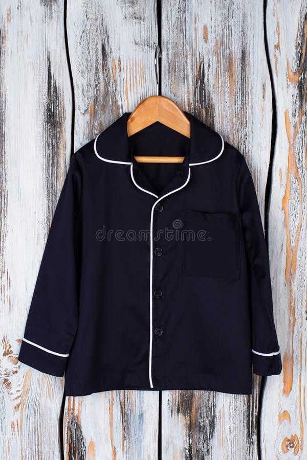 Классическая рубашка пижамы на вешалке стоковые фотографии rf