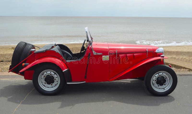 Классические красные спорт Delon - автомобиль проб припаркованный на прогулке набережной стоковая фотография