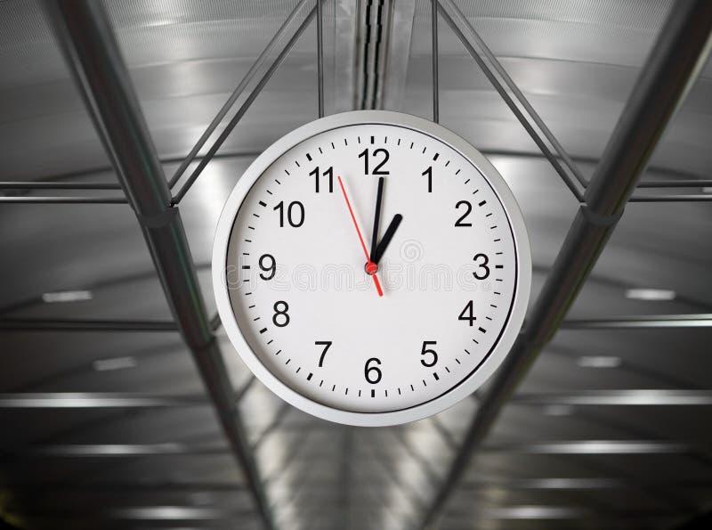 Классические просто часы вися в интерьере стоковое фото rf